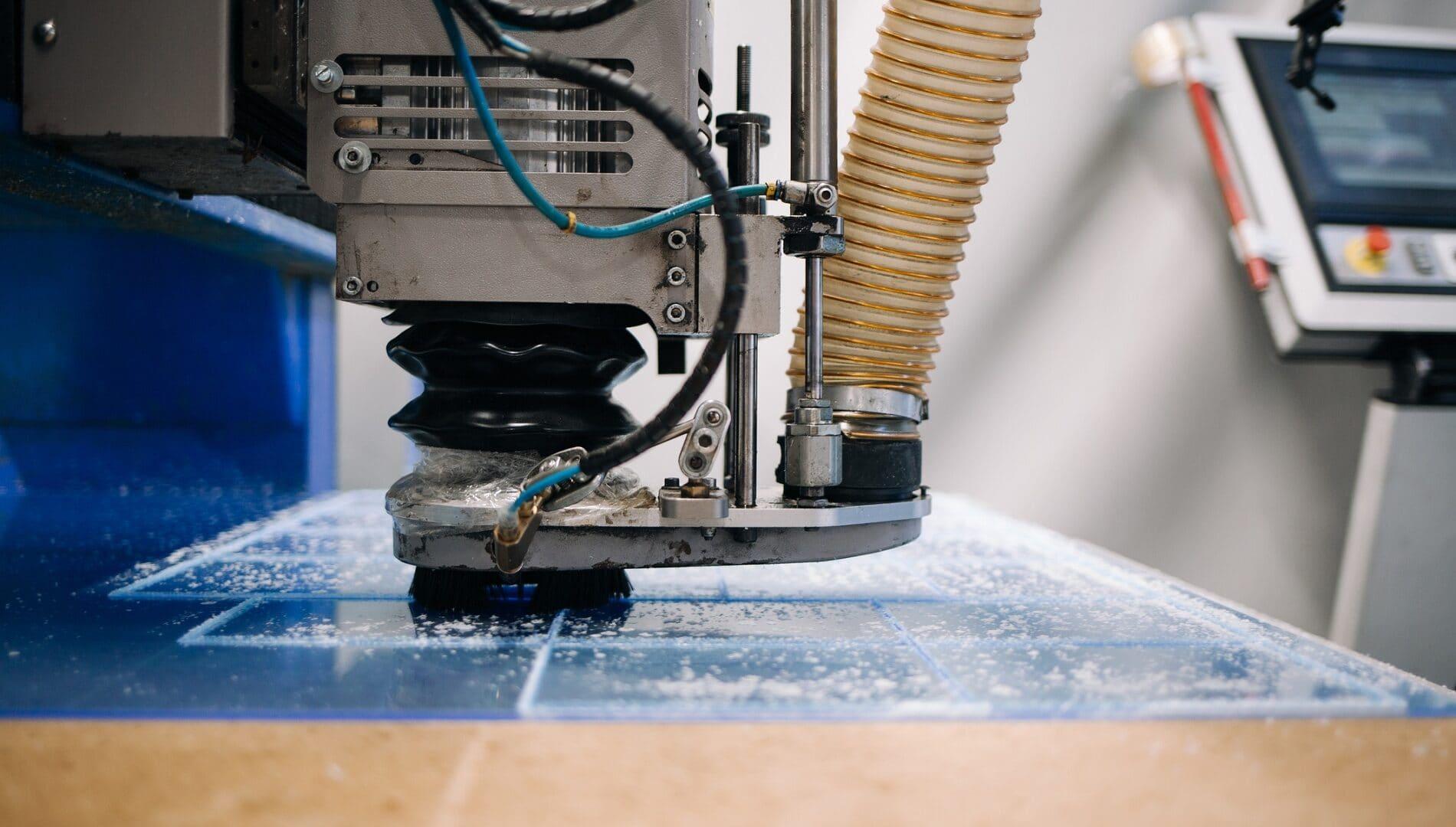 Jakie narzędzia są niezbędne do frezowania pleksi?