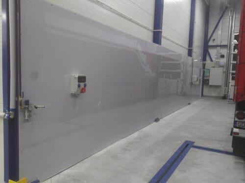 Ściana z poliwęglanu litego w warsztacie samochodowym